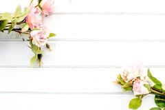 Rosen auf dem Hintergrund von wei?en Brettern lizenzfreies stockfoto
