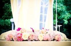Rosen auf der Haupttabelle Stockfoto