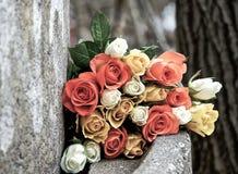 Rosen auf einer Zementbank draußen lizenzfreie stockfotografie