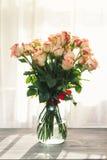 Rosen auf Tabelle Stockfoto