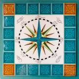 Rosen av vindarna och de huvudsakliga punkterna målade på tegelplattor i en segla Arkivfoto