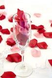 Rosen-Blumenblätter in Champagne Lizenzfreie Stockbilder