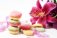 Rosen-Blumenblätter und macaron Plätzchen Stockfotos