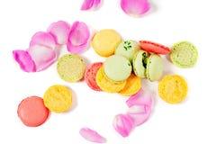 Rosen-Blumenblätter und macaron Plätzchen Lizenzfreie Stockfotos
