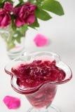 Rosen-Blumenblattstau im Glas Stockbilder