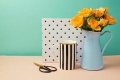 Rosen-Blumenblumenstrauß und Kaffeetassestillleben Stockbild