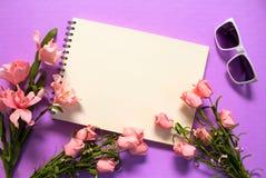 Rosen-Blumenrahmen der Leerseite auf violettem Hintergrund Romantischer rosa Blumenblumenstrauß Stockfoto