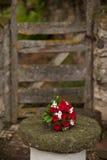 Rosen-Blumenstrauß auf einer Steintabelle Stockfotografie