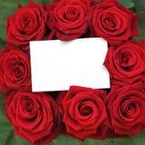 Rosen-Blumenstrauß mit einer Anmerkung. Stockfotos