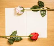 Rosen-Blumenvorbereitungen auf weißer Seite des Buches Stockbild