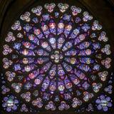 Rosen-Buntglasfenster in der Kathedrale von Notre Dame de Pari Lizenzfreies Stockfoto