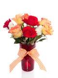 Rosen in einem roten Glasvase Lizenzfreies Stockbild