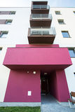 Rosen-Eintritt zum Wohngebäude Stockfoto