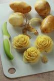 Rosen gemacht von einer Kartoffel Stockbild