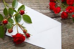 Rosen-Grüße, Liebesbrief lizenzfreie stockbilder