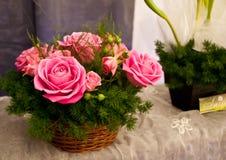 Rosen im Korb Stockfotos