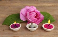 Rosen-Kerzen und Duft stockbild