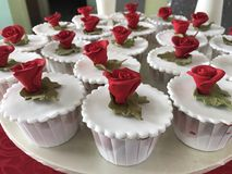 Rosen-Knospen auf kleinen Kuchen Stockbild