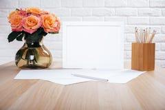 Rosen, leerer Rahmen und Briefpapier Lizenzfreie Stockfotos