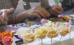 Rosen-Mehlgestaltung handgemacht in der Werkstatt der Hausfrau lizenzfreies stockbild