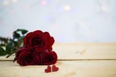 Rosen mit einem Herzen - Valentinsgruß, heiratend Stockfotos