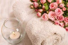 Rosen mit einer Kerze Stockfoto