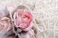 Rosen mit Perlenhintergrund Stockbilder