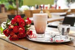 Rosen mit Schale Kakao Stockfotografie