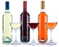 Rosen-Rot und Weißweinflaschenweingläser lokalisiert stockfotos