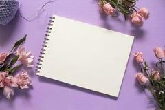 Rosen und flache Lage der Leerseite auf violettem Hintergrund Romantischer rosa Blumenblumenstrauß Lizenzfreie Stockfotografie