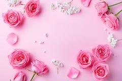 Rosen- und Gypsophilablumenrahmen auf rosa Hintergrund Beschneidungspfad eingeschlossen Kopieren Sie Platz stockbild