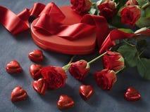 Rosen und Herzen auf grauem Papier Rosa Herz zwei Lizenzfreie Stockfotografie