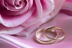 Rosen-und Hochzeitsringe Stockfotografie