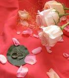 Rosen und Hochzeitsringe Stockfoto