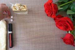 Rosen und Kosmetik flatlay lizenzfreies stockbild