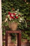 Rosen und Peons im Vase auf Tabellennahaufnahme Stockfoto