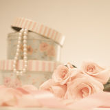 Rosen und Perlen lizenzfreie stockfotos