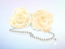 Rosen-und Perlenhalskette Lizenzfreie Stockbilder