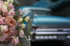 Rosen und Retro- Auto im Hochzeitstag stockbild