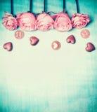 Rosen und Schokolade mit Text mit Liebe für Sie auf blauem Türkishintergrund, Retro- angeredete Valentinsgruß-Tageskarte, Draufsi Lizenzfreie Stockfotografie