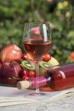 Rosen-Wein und Weinflasche Stockbild