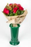 Rosenanordnung in der grünen Vasenseitenansicht Stockfotografie