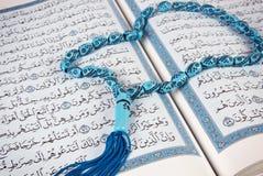 Rosenbeet über heiligem Quran Stockfoto