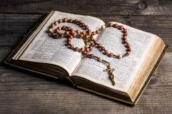Rosenbeet auf alter Bibel Lizenzfreies Stockfoto