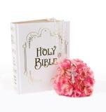 Rosenbeet, Bibel und Blumen Stockfoto