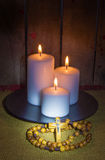 Rosenbeet und Kerzen Stockfotos