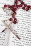 Rosenbeetkorne auf einem Buch der Psalme Lizenzfreie Stockfotografie