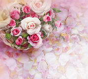 Rosenblumen im Korb auf Blumenblatthintergrund Stockbild