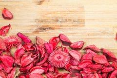 Rosenblumenblätter auf natürlichem Holztischhintergrund Lieben Sie Schablone für Valentinsgrußtagesrosablumen an der Unterseite L Stockfotografie
