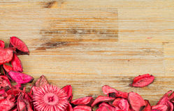 Rosenblumenblätter auf natürlichem Holztischhintergrund Lieben Sie Schablone für Valentinsgrußtagesrosablumen an der Unterseite L Stockbilder
